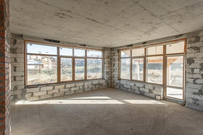 O segundo assoalho do sótão da casa revisão e reconstrução Processo de trabalho de aquecimento dentro da peça do telhado Casa imagens de stock royalty free