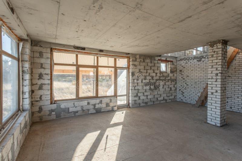 O segundo assoalho do sótão da casa revisão e reconstrução Processo de trabalho de aquecimento dentro da peça do telhado Casa imagens de stock