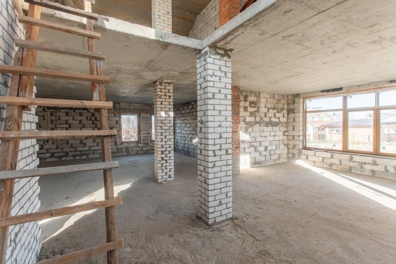 O segundo assoalho do sótão da casa revisão e reconstrução Processo de trabalho de aquecimento dentro da peça do telhado Casa imagem de stock royalty free