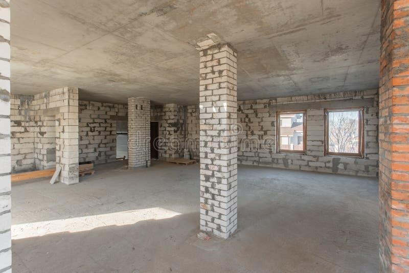 O segundo assoalho do sótão da casa revisão e reconstrução Processo de trabalho de aquecimento dentro da peça do telhado Casa imagem de stock