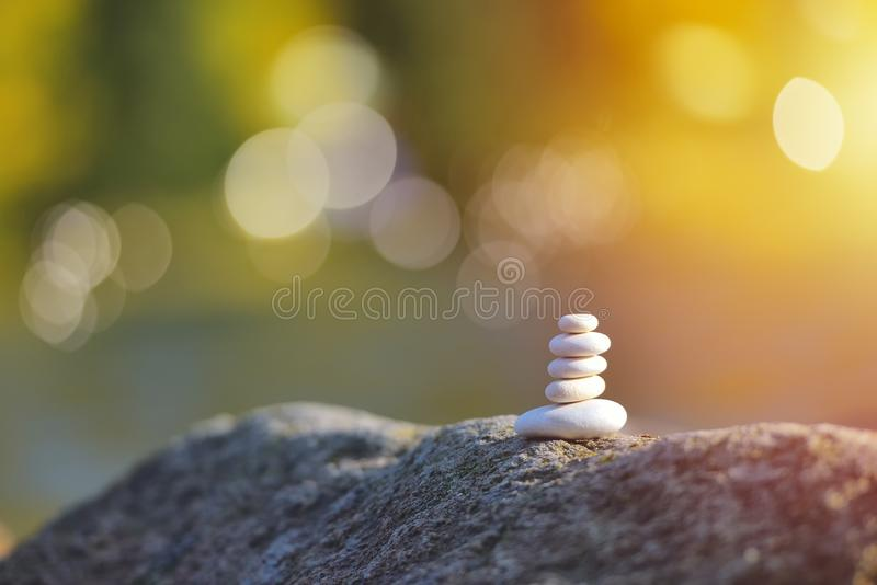O seixo de equilíbrio do zen apedreja fora contra o fundo borrado fotografia de stock royalty free