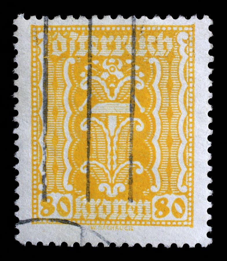 O selo impresso em Áustria, mostras martela e alicates fotos de stock