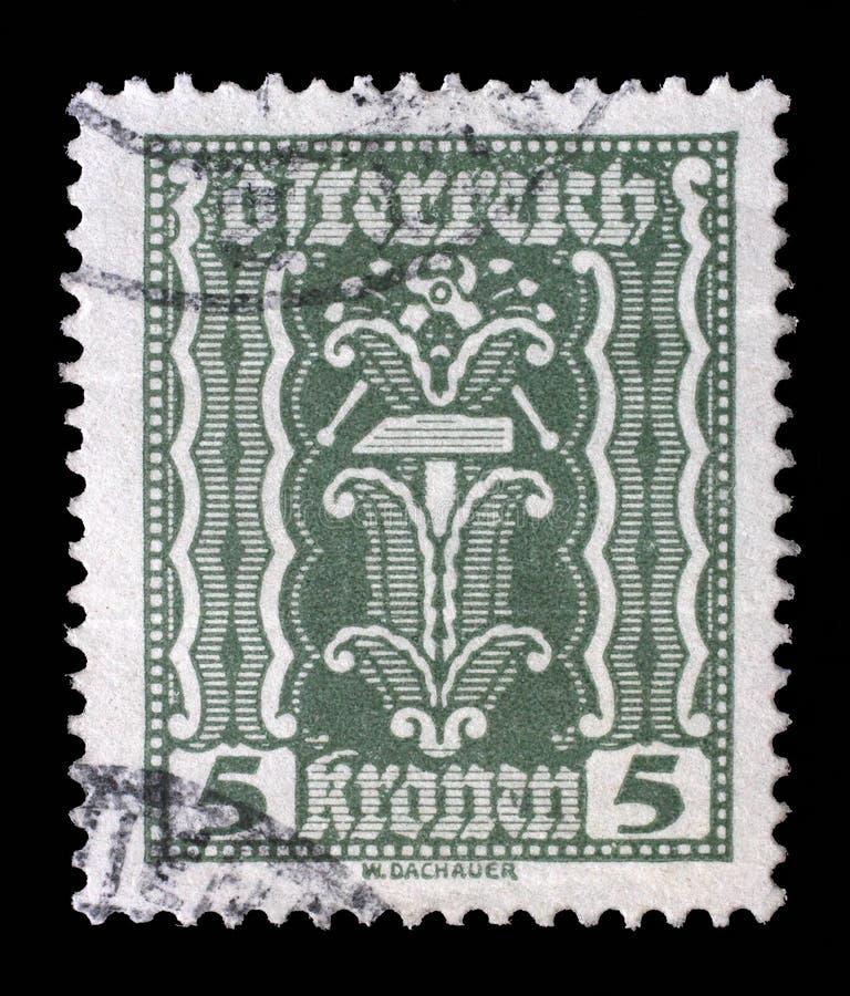 O selo impresso em Áustria, mostras martela e alicates fotografia de stock