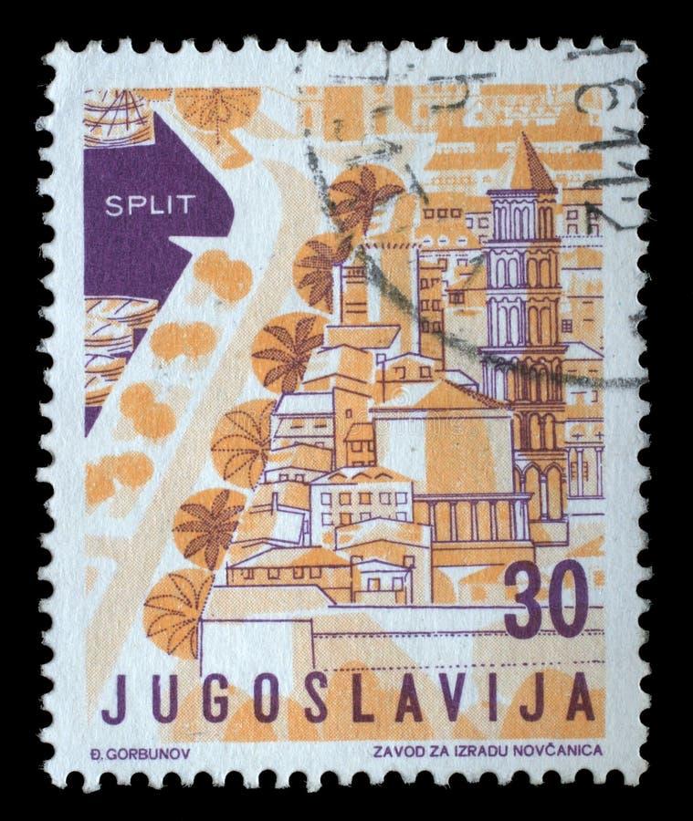 O selo impresso em Jugoslávia das mostras locais da edição do turismo rachou, Croácia imagens de stock