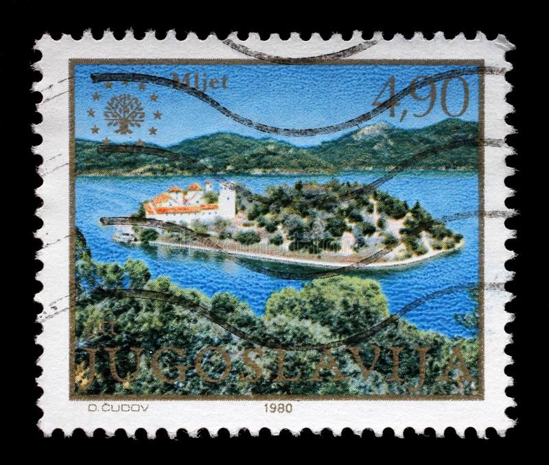 O selo impresso em Jugoslávia mostra a ilha de Mljet, mar de adriático, Croácia fotos de stock royalty free