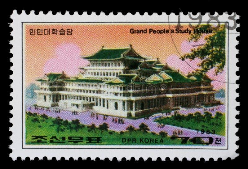 O selo impresso em povos grandes das mostras de Coreia estuda a casa em Pyongyang imagem de stock