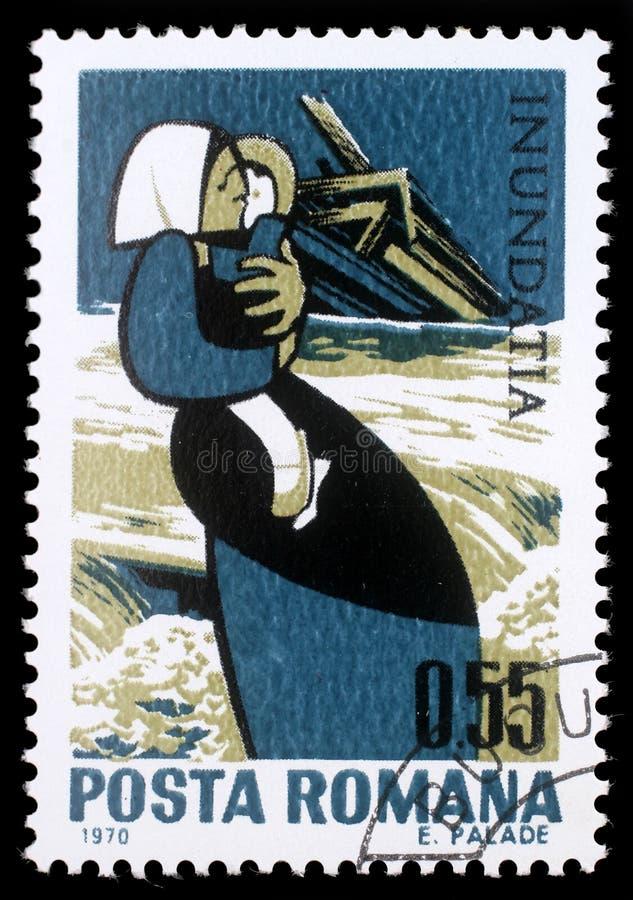 O selo impresso em Romênia mostra a mãe com criança e a casa destruída, situação das vítimas de inundação de Danúbio fotos de stock