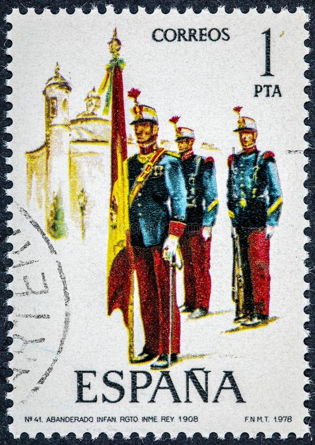 O selo impresso na Espanha mostra a regimento de infantaria real o portador padrão 1908 fotografia de stock royalty free