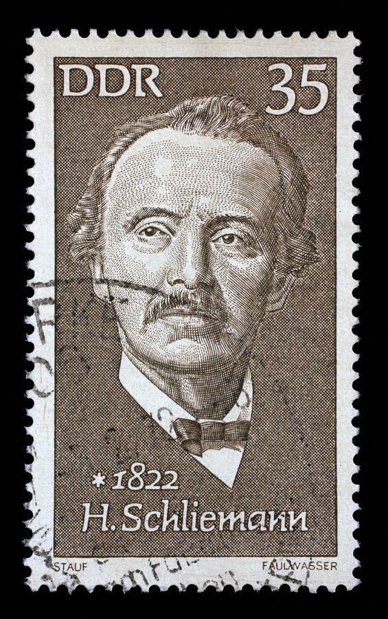 O selo impresso no GDR mostra Heinrich Schliemann foto de stock