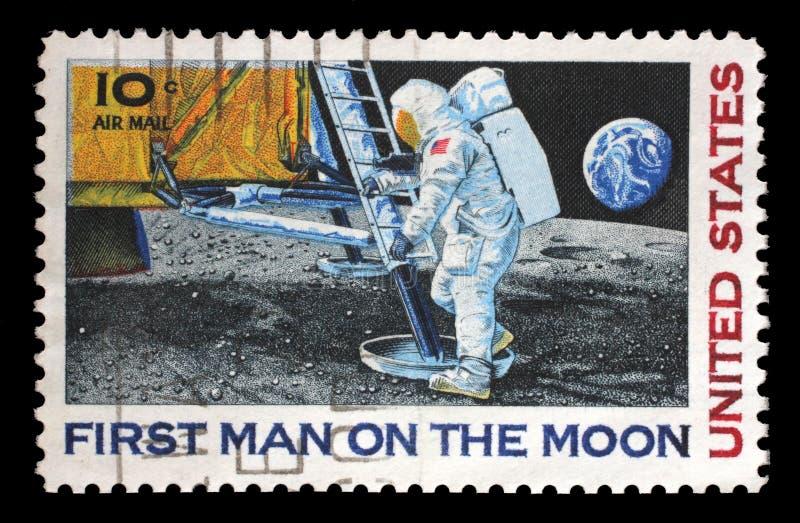 O selo impresso nos EUA mostra o astronauta Neil Armstrong na lua foto de stock