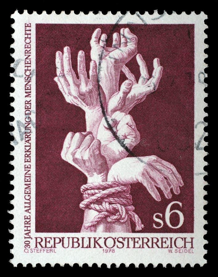 O selo impresso por Áustria, mostras limita as mãos fotografia de stock royalty free