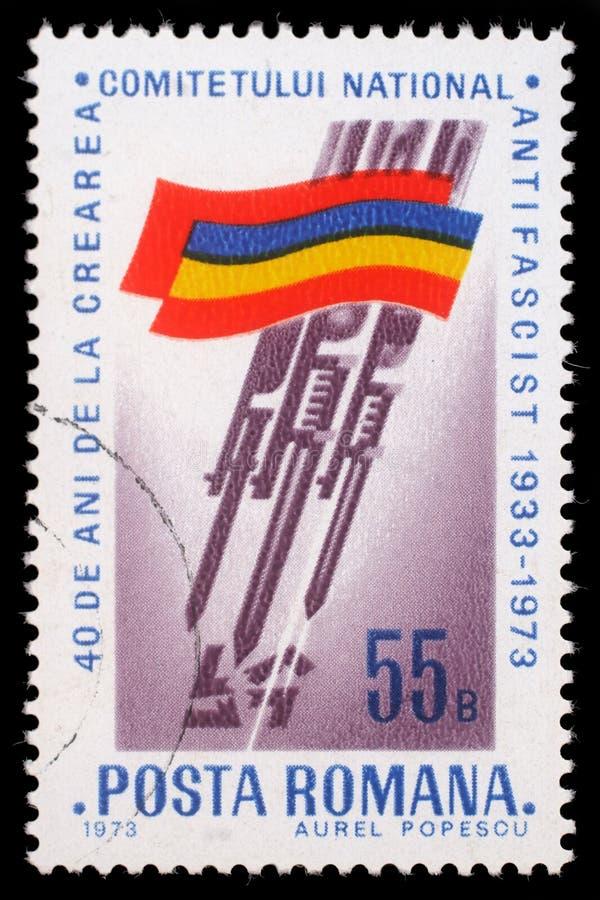 O selo impresso por Romênia, bandeira romena das mostras, Bayonets a suástica cortante imagens de stock