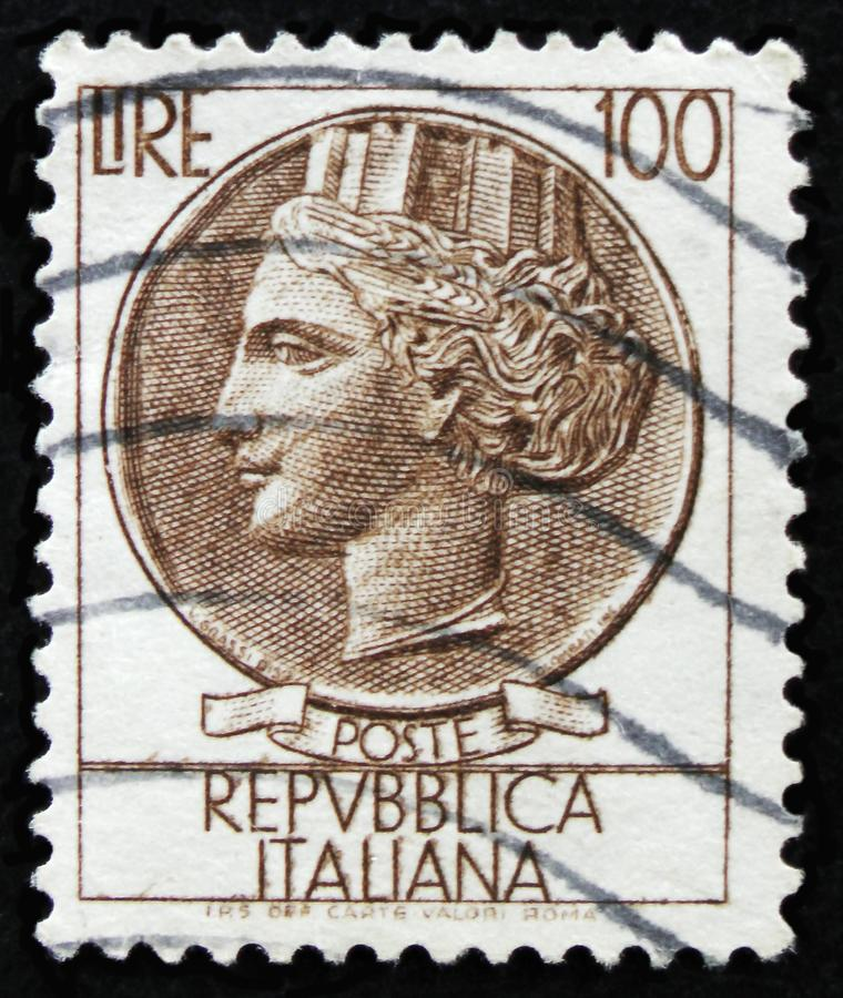 O selo italiano mostra a moeda antiga de Siracusa, a moeda de Syracusean da série, cerca de 1968 fotografia de stock
