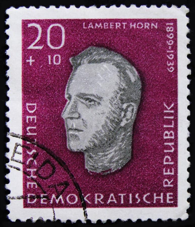 O selo postal da RDA Alemanha mostra Lambert Horn, soldado da resistência comunista alemão, serie memorável de Ravensbruck, cerca imagem de stock