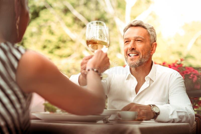 O sentimento bem sucedido do homem de negócios aliviou ter a data romântica com esposa fotografia de stock