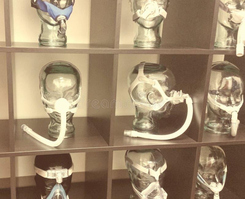 O sepia assustador tonificou a exposição da máscara c-pap no escritório médico fotos de stock