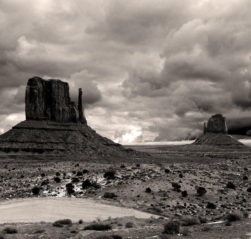O Sepia tonificou céus nebulosos do vale do monumento imagens de stock royalty free
