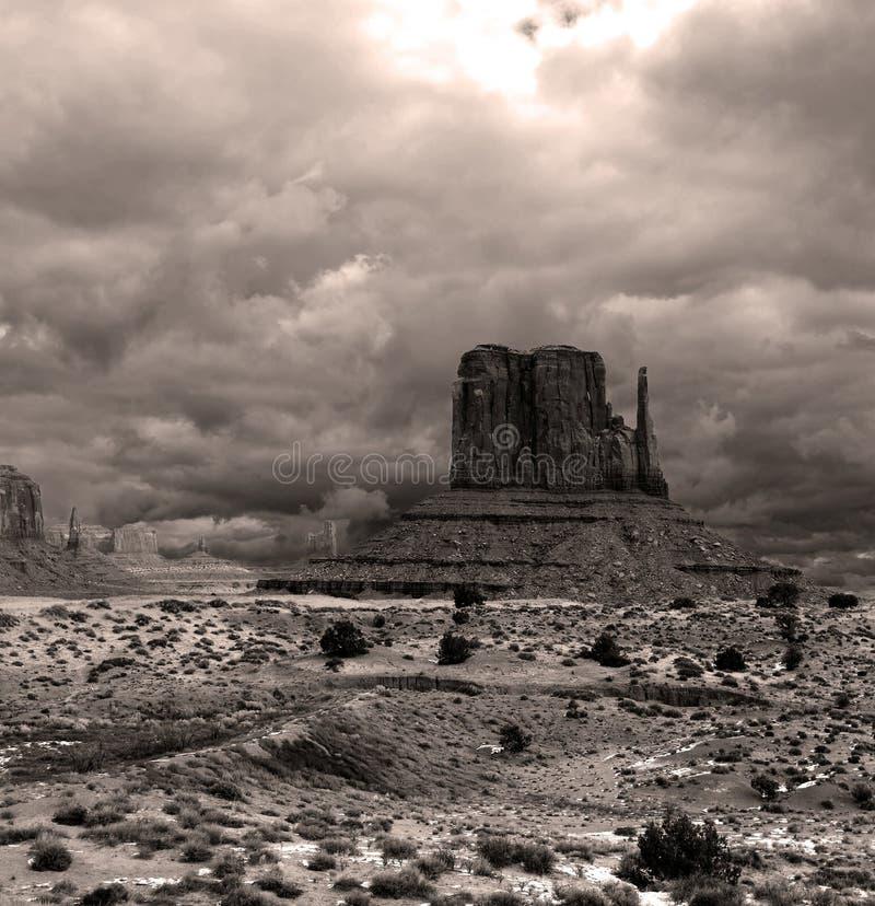 O Sepia tonificou céus nebulosos do vale do monumento imagens de stock