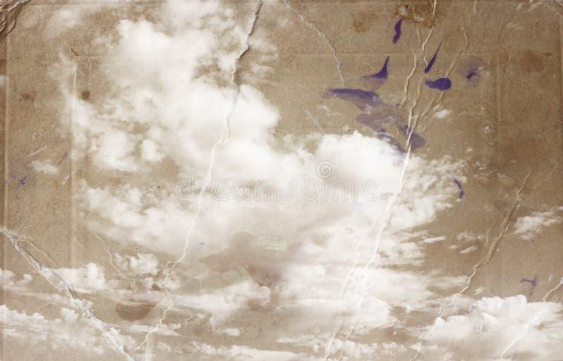 O Sepia tonificou a imagem das nuvens no céu do te a imagem textured com textura de papel e manchas, estilo do olhar do vintage ilustração royalty free