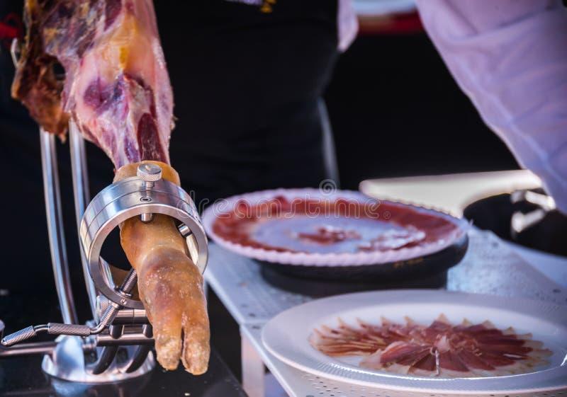 O serrano do jamon do pé preparou-se cortando, presunto espanhol tradicional fotografia de stock royalty free