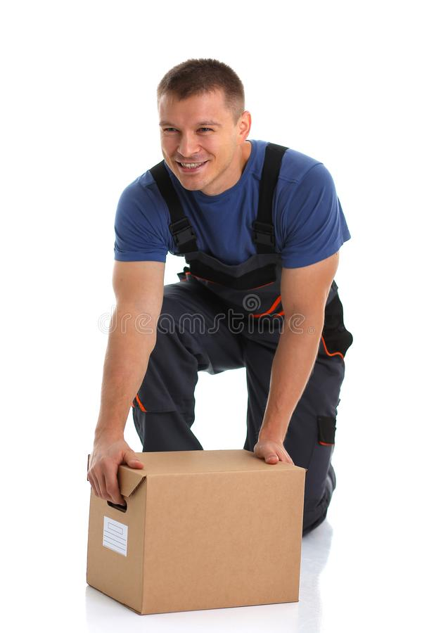 O serviço de entrega do correio do especialista leva caixas com pacotes foto de stock