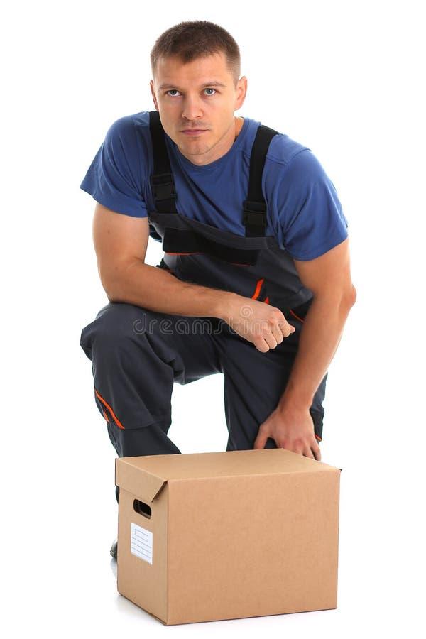 O serviço de entrega do correio do especialista leva caixas com pacotes imagens de stock