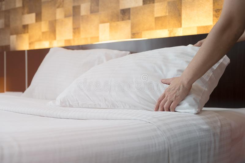 O serviço de sala do hotel entrega o descanso branco estabelecido na cama no h imagem de stock
