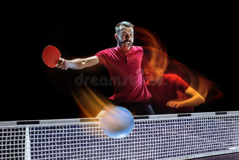 O serviço do jogador de tênis de mesa imagem de stock royalty free