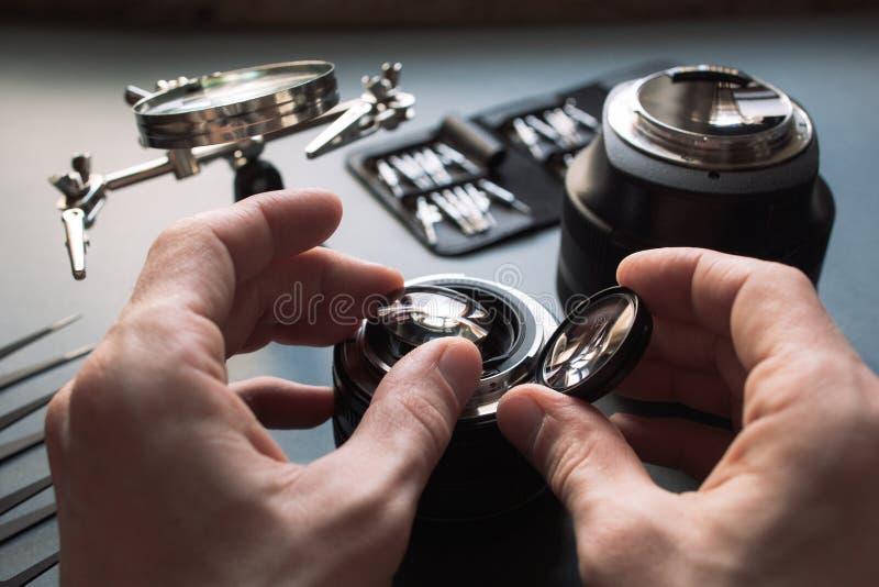 O serviço pptical principal da lente, ajusta e alinha foto de stock