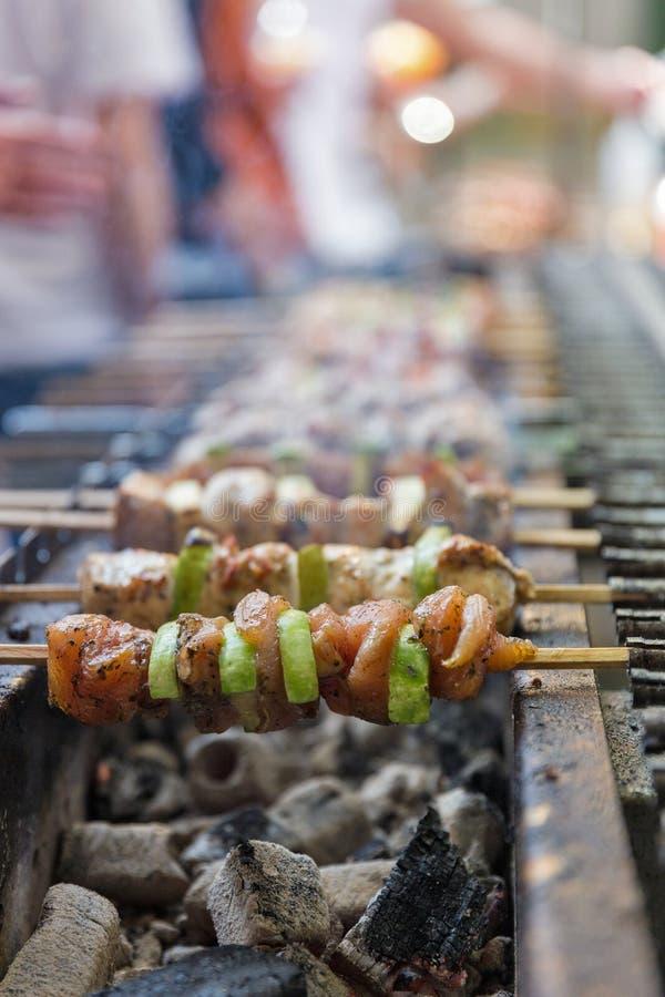 O shashlik apetitoso roasted em espetos, close up fora fotos de stock royalty free
