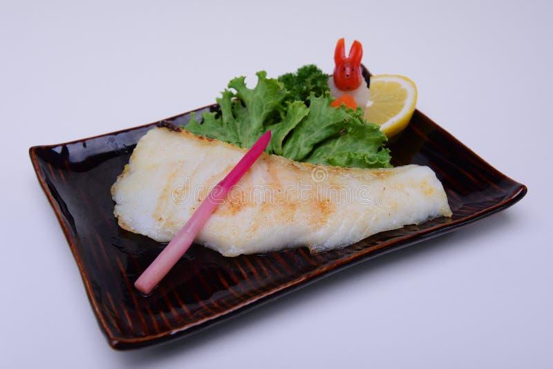 o shioyaki do gindara, anchova grelhou, os peixes da zibelina grelhados isolados no fundo branco imagens de stock