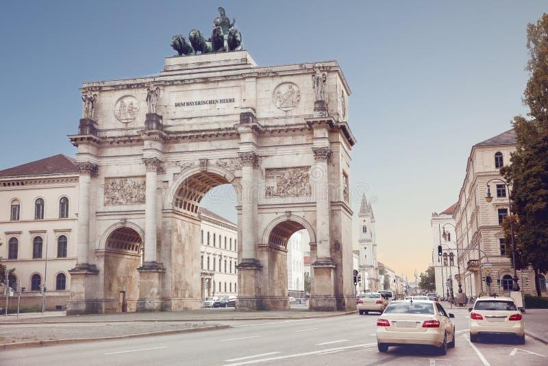 O Siegestor em Munich, Alemanha Victory Gate, arco triunfal c foto de stock royalty free