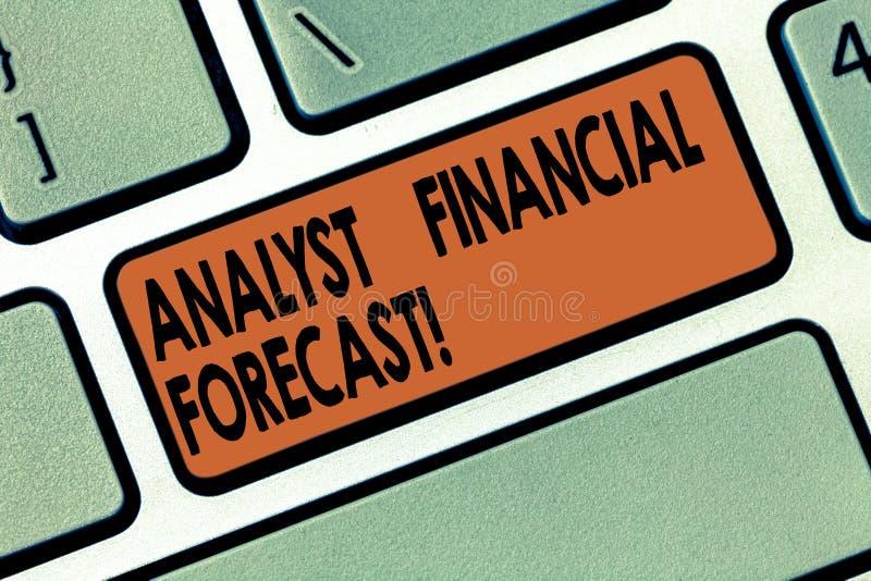 O significado de Financial Forecast Concept do analista da escrita do texto da escrita calcula os resultados financeiros futuros  imagens de stock
