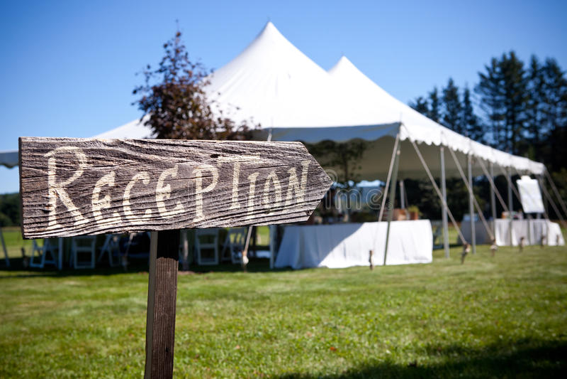 O sinal aponta a maneira à barraca do casamento fotos de stock