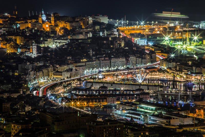 O sinal arrasta na calçada de Genoa, com skyline das construções do centro da cidade e da vista históricas do porto, Itália foto de stock royalty free