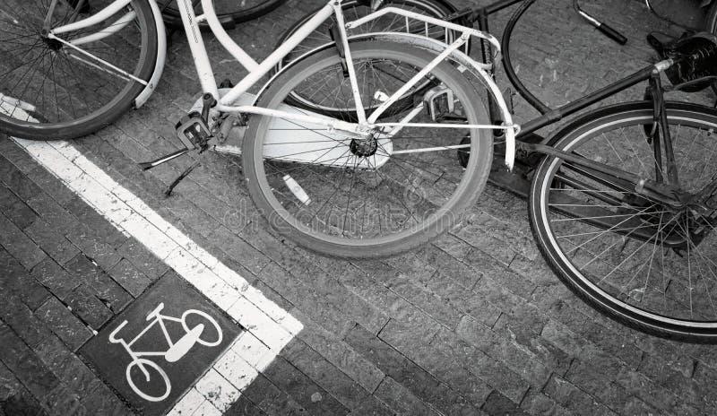 O sinal com texto por favor não estaciona bicicletas aqui imagens de stock