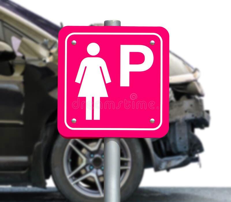 O sinal cor-de-rosa para carros de estacionamento somente para mulheres fotografia de stock