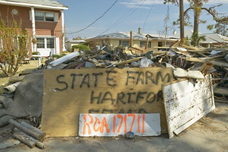 O sinal da agência de State Farm Insurance e os restos na frente da casa bateram pesadamente pelo furacão Ivan em Pensacola Flori imagem de stock royalty free