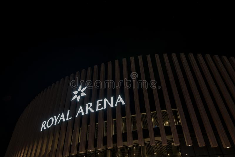 O sinal da arena real está brilhando no nigt imagem de stock royalty free