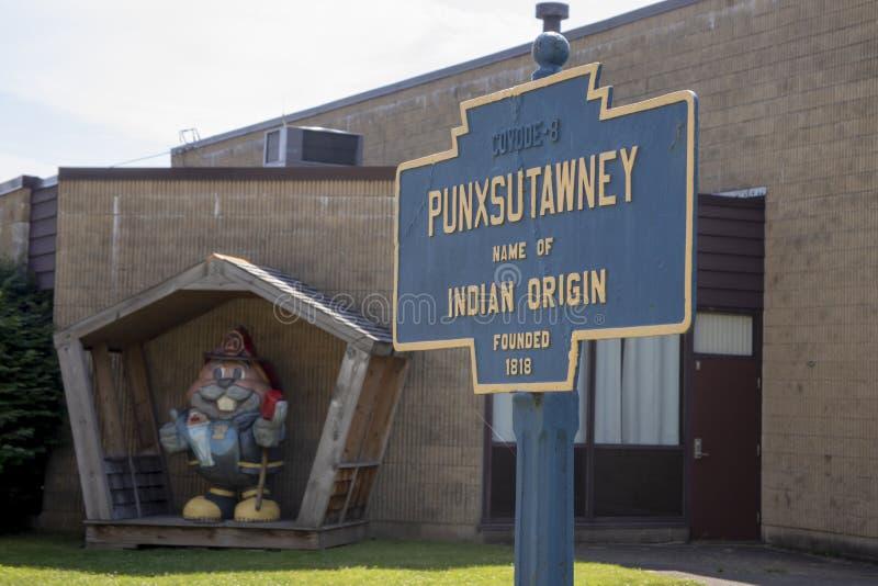 O sinal da cidade de Punxsutawney com Phil vestiu-se como o bombeiro fotografia de stock