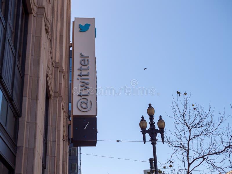 O sinal da empresa/parte externa Twitter do logotipo sedia no lombinho imagem de stock