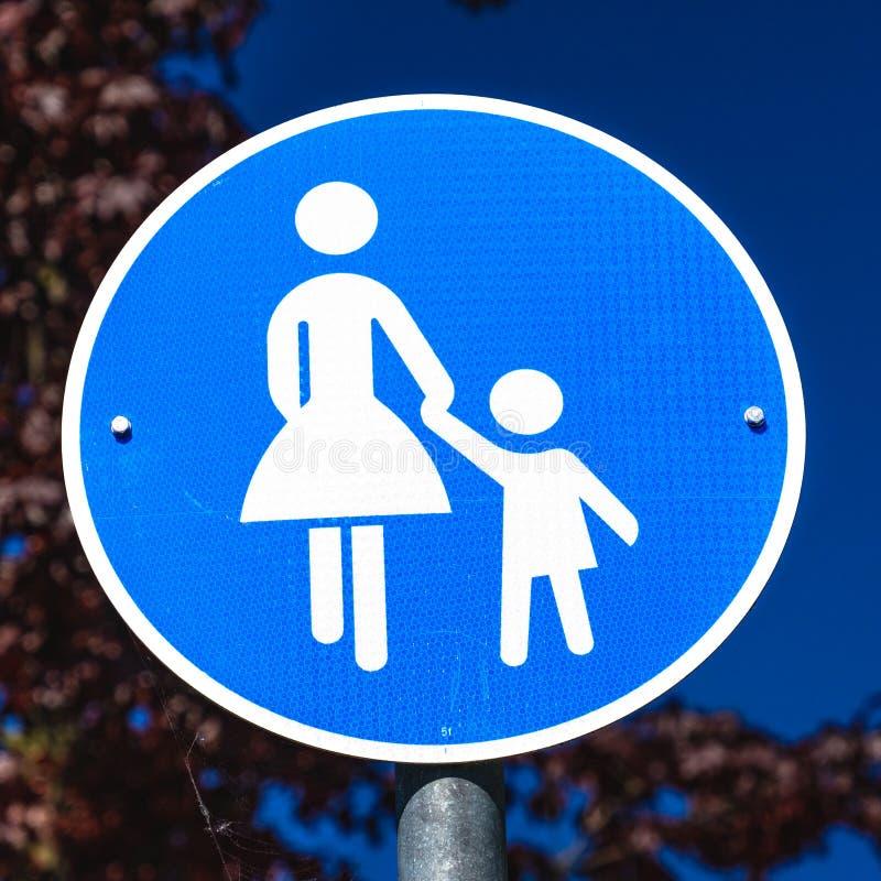 O sinal da informação para um passeio para pedestres somente, simbolizou por uma figura com saia e por uma figura da criança, não imagem de stock