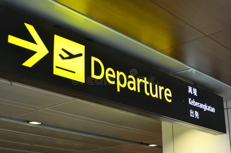 O sinal da partida pendura no terminal de aeroporto 1 de Changi imagens de stock