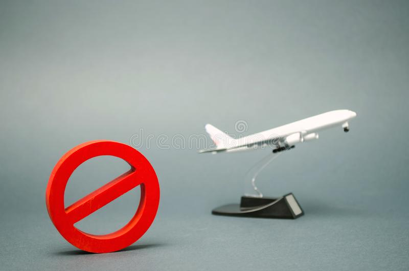 O sinal da proibição e de um avião diminuto do brinquedo Proibição em voos de aviões civis Zona proibida Pare o s?mbolo Proibiçõe foto de stock