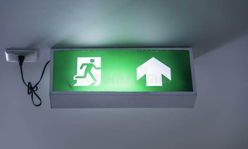 O sinal da saída de emergência mostra a maneira para fora fotos de stock royalty free