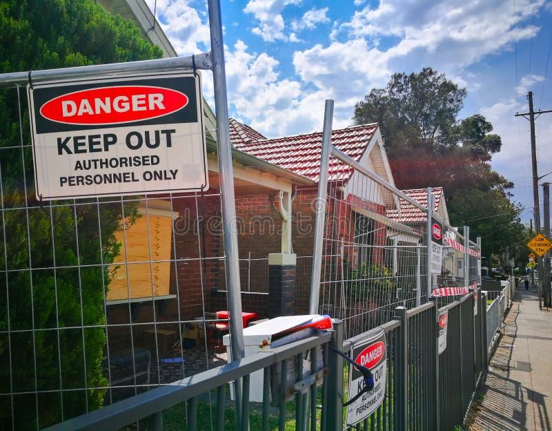 O sinal de aviso para o perigo mantém pessoais para fora autorizados somente no canteiro de obras imagem de stock royalty free