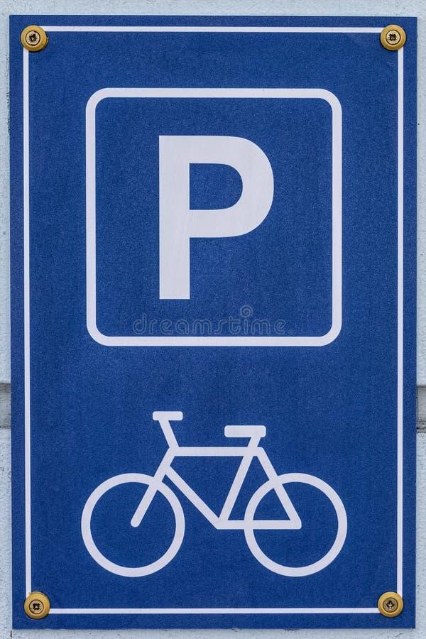 O sinal de estacionamento da bicicleta ? unido ? parede imagens de stock royalty free