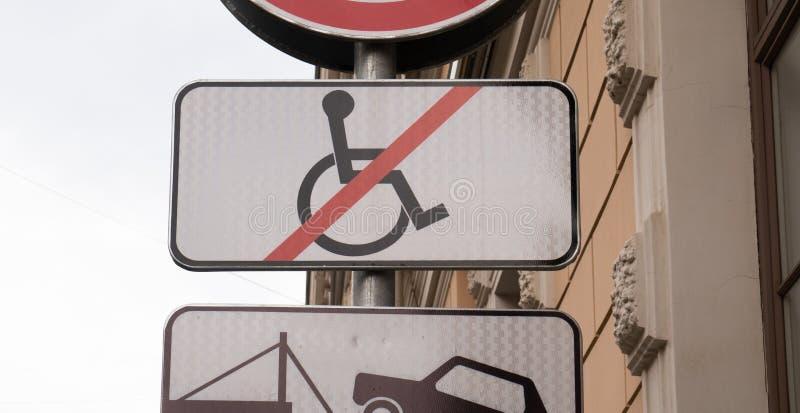 O sinal de estacionamento deficiente, nenhuma cadeira de rodas cruzou-se para fora fotografia de stock