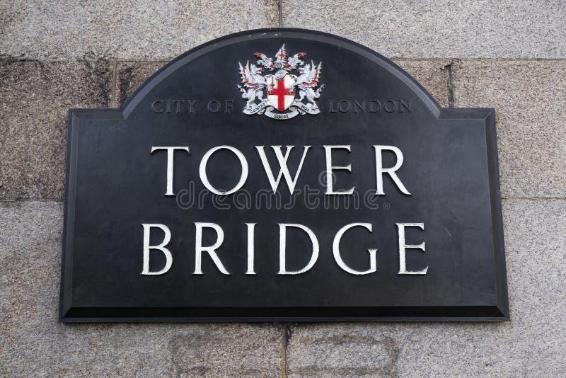 O sinal de estrada para a ponte da torre em Londres imagem de stock