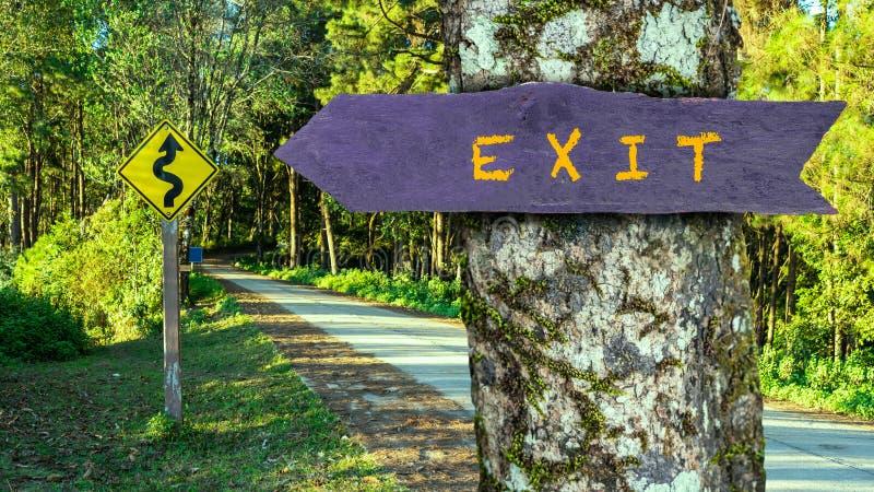 O sinal de madeira da saída está na árvore na floresta imagens de stock